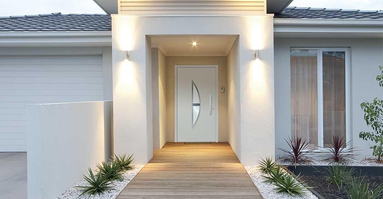 Quels sont les bons gestes pour nettoyer sa porte d'entrée ?